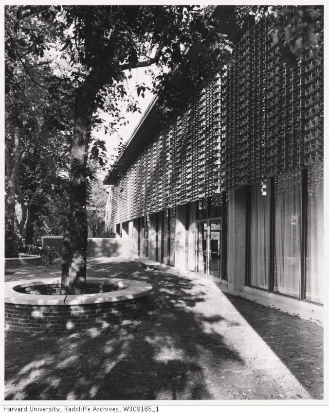 Exterior courtyard Loeb Drama Center_Radcliffe College Archives